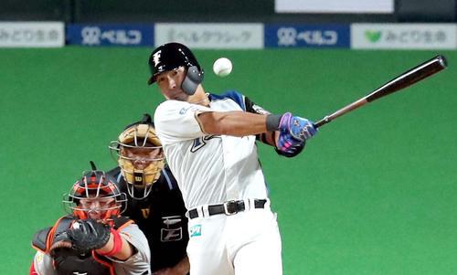 3月3日、巨人とのオープン戦で二塁打を放つ日本ハム大田