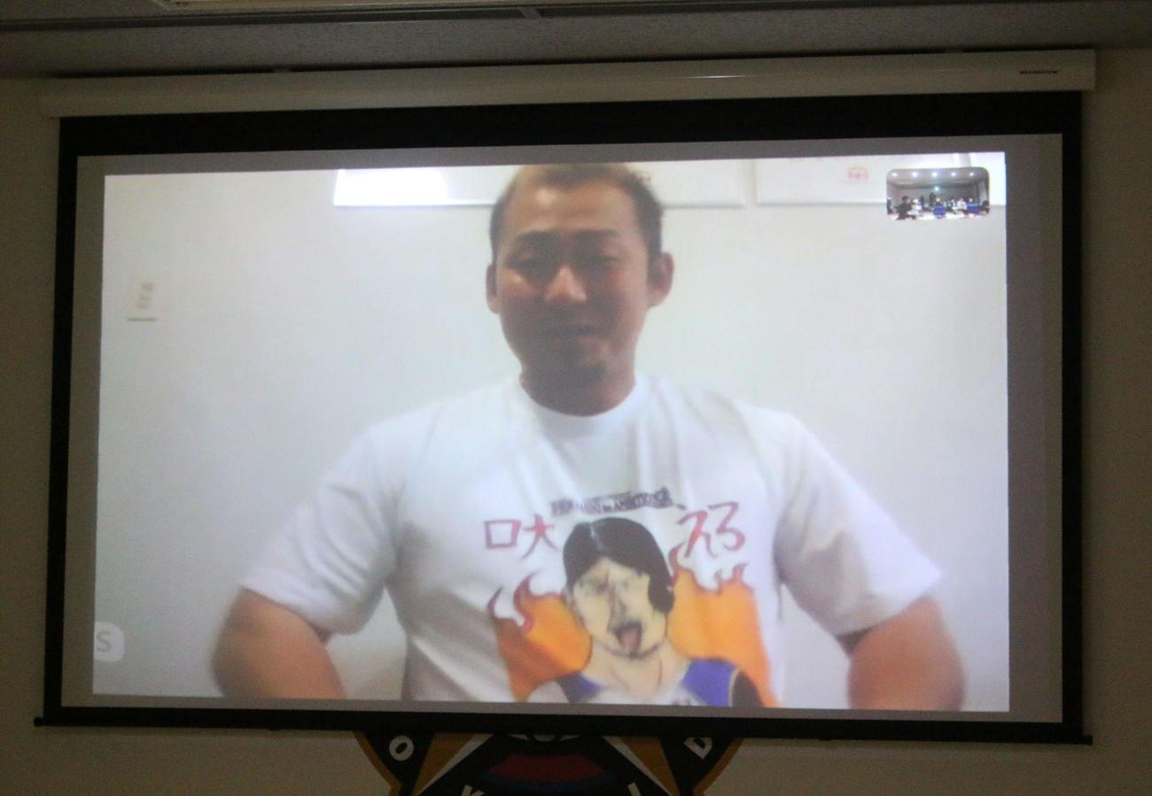 札幌市内の合宿所でオンライン取材を受ける日本ハム中田(撮影・木下大輔)