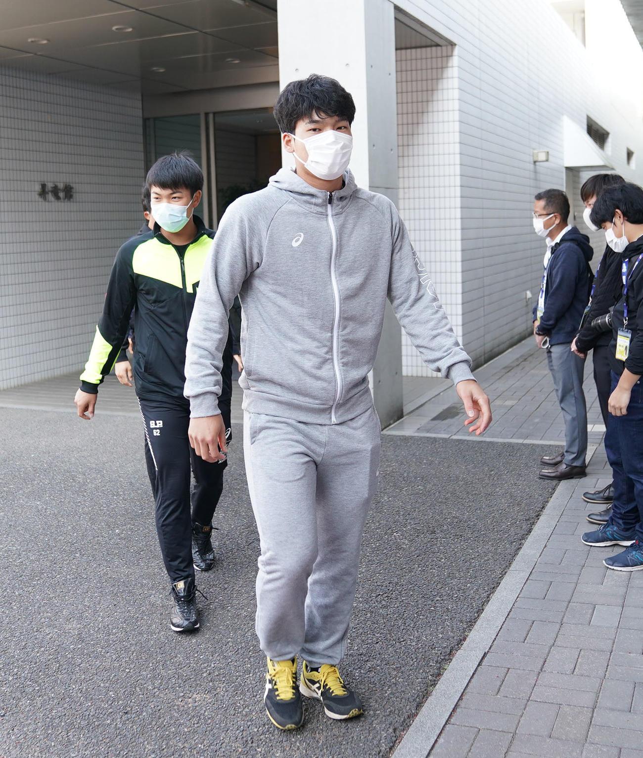 中日練習 練習が中止になり選手寮からミーティング会場へ向かう石川昂弥(撮影・森本幸一)
