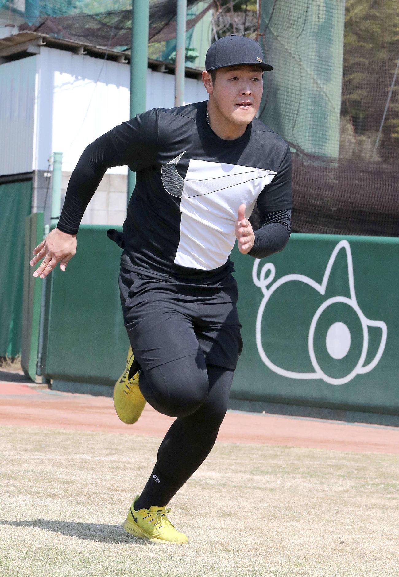 個人練習で走り込む巨人岡本(提供:読売巨人軍)