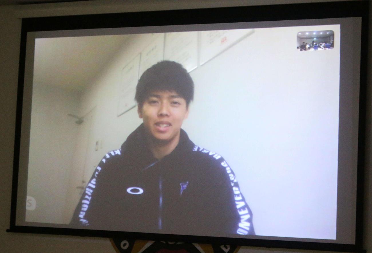 札幌市内にある合宿所でオンライン取材を受ける日本ハム杉浦(撮影・木下大輔)