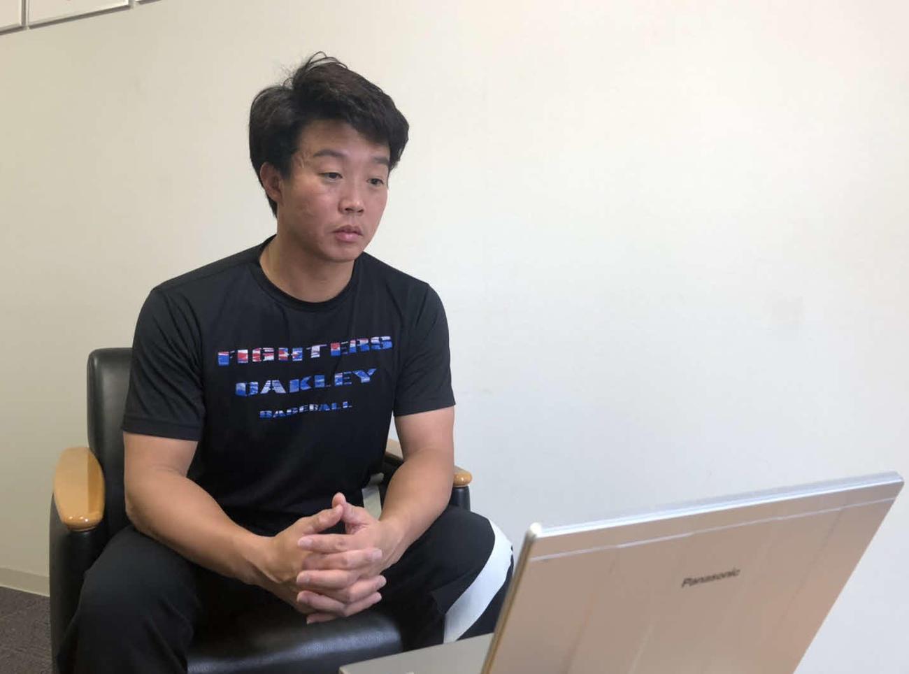 札幌市内にある合宿所でオンライン取材を受ける日本ハム鶴岡兼任バッテリーコーチ(球団提供)