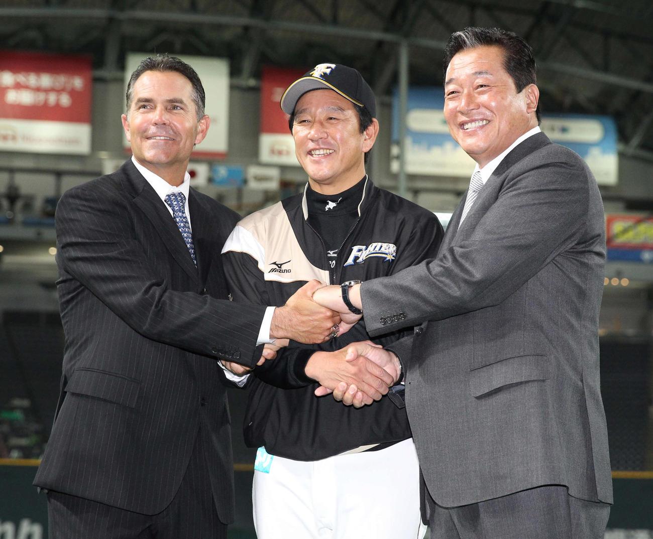 日本ハム歴代監督が記念撮影。左からヒルマン氏、栗山監督、梨田氏(2014年3月30日)