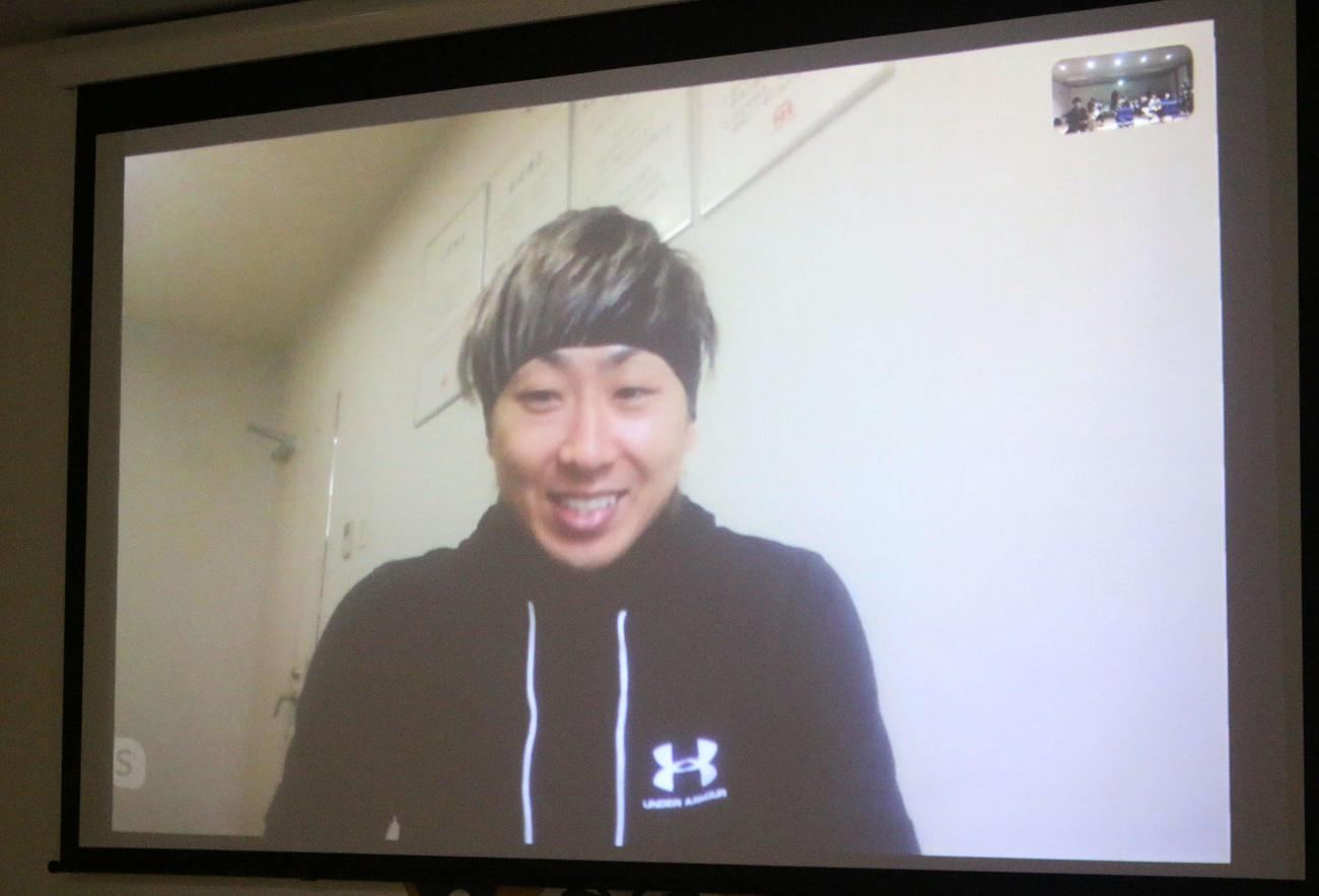 札幌市内にある合宿所でオンライン取材を受ける日本ハム金子(撮影・木下大輔)