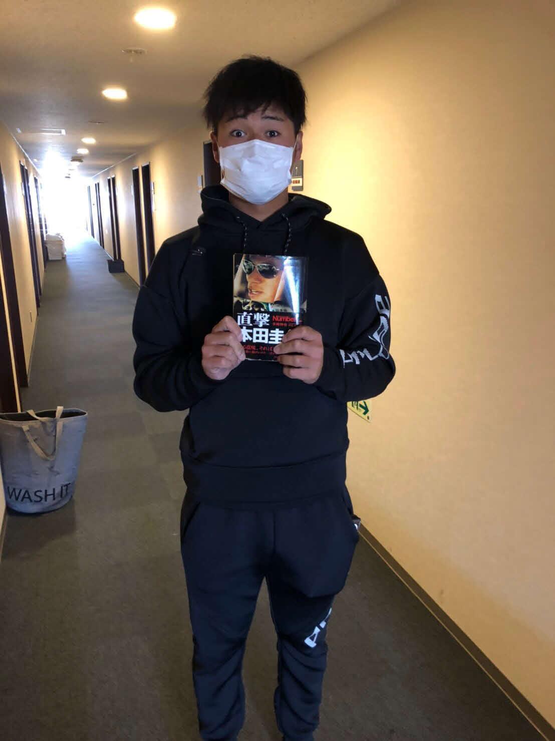 サッカー本田圭佑選手が題材の本を手にする楽天黒川(球団提供)