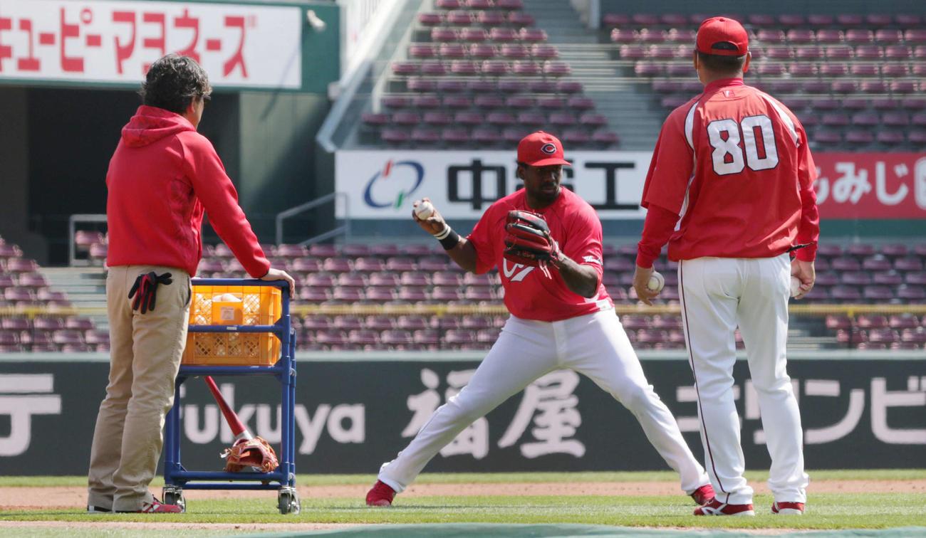 捕球からスローイングの練習をするピレラ。右は山田内野守備走塁コーチ(撮影・加藤孝規)
