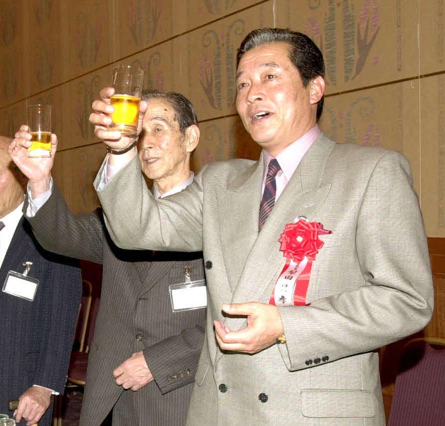 近鉄OB総会で梨田昌孝氏と乾杯を交わした関根潤三氏(2002年11月23日撮影)