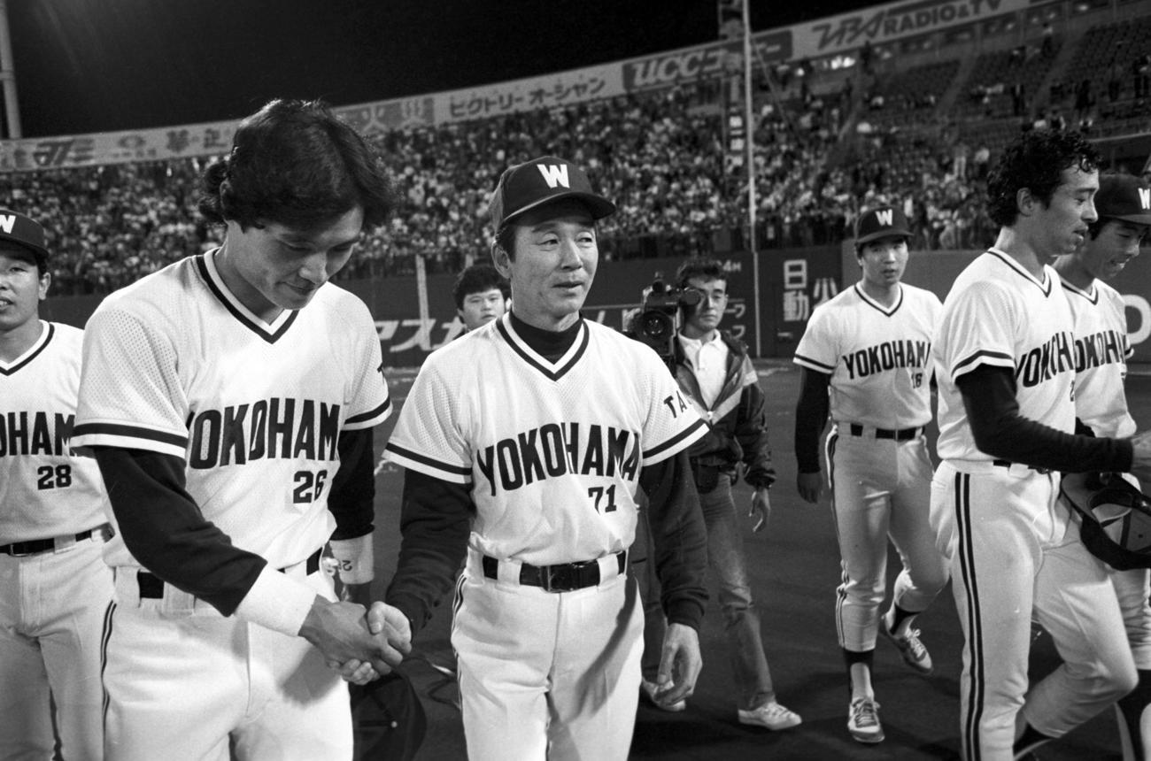 退任する大洋関根潤三監督(左から3人目)は最終戦を勝利で飾り田代富雄(同2人目)と握手を交わす(1984年10月13日撮影)