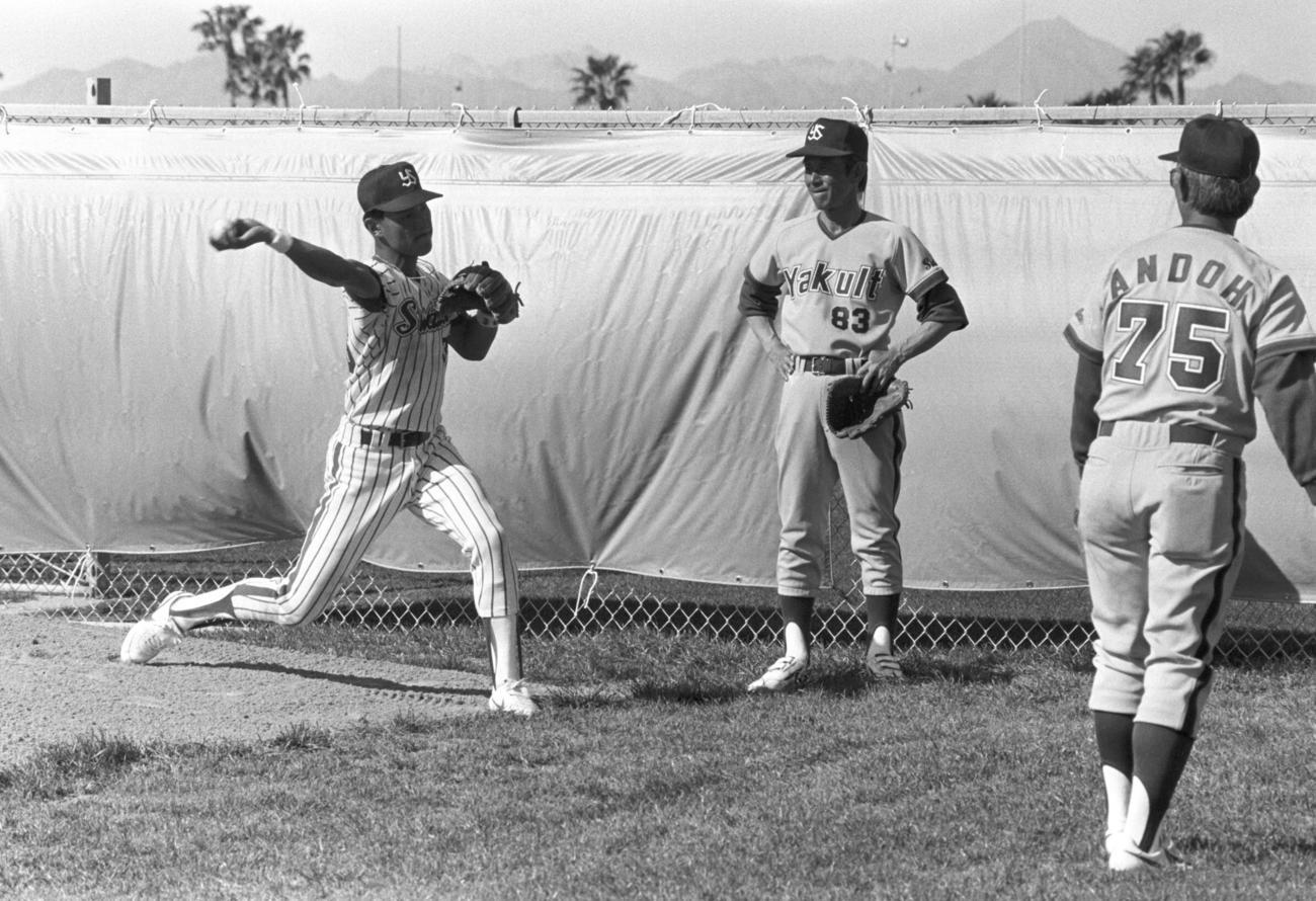 ヤクルトユマ春季キャンプで、池山隆寛(左)に送球指導する関根潤三監督(中央)(1987年2月8日撮影)