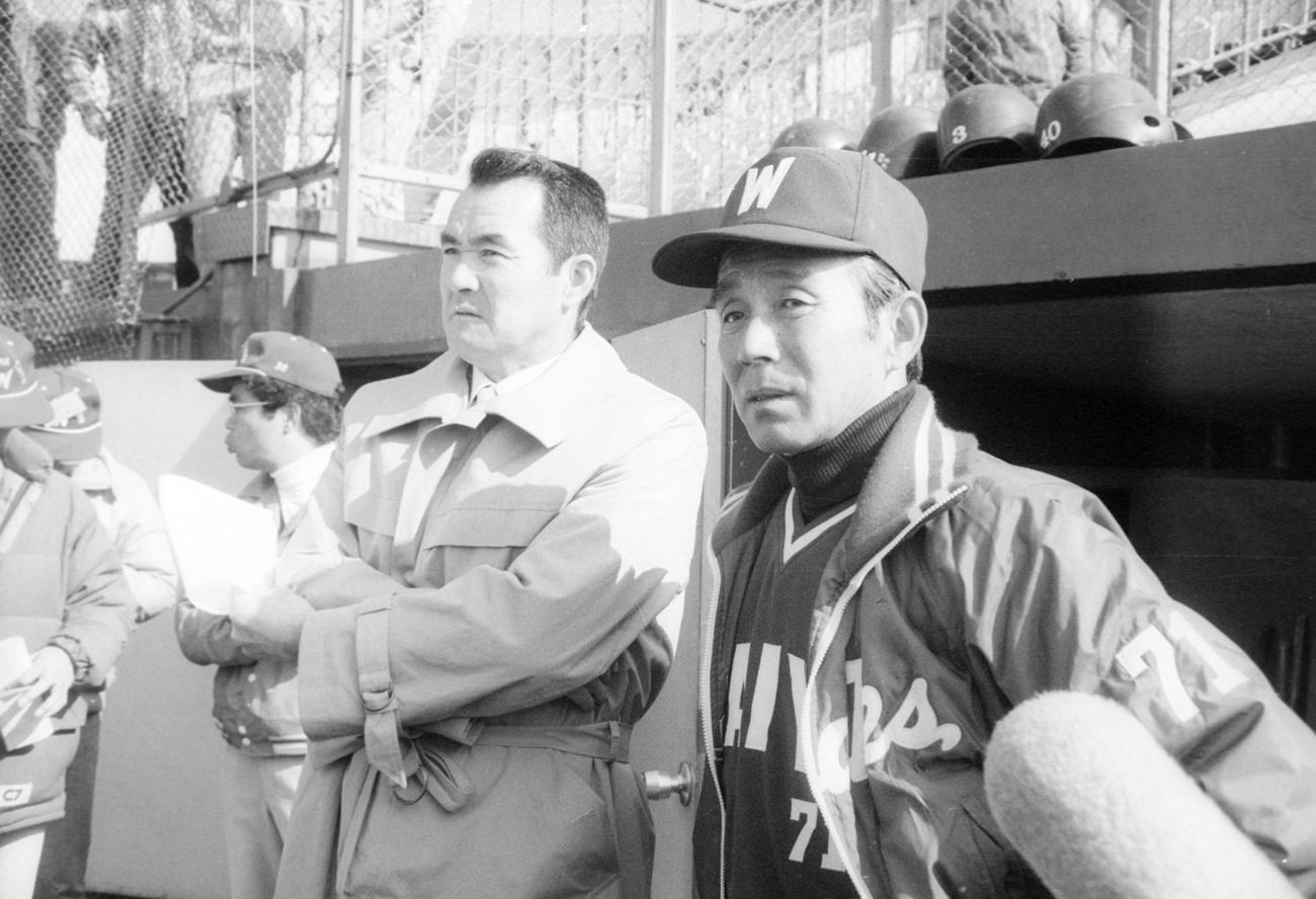 大洋草薙春季キャンプの視察に現れた長嶋茂雄氏(左)と言葉を交わす大洋関根潤三監督(1983年2月28日撮影)