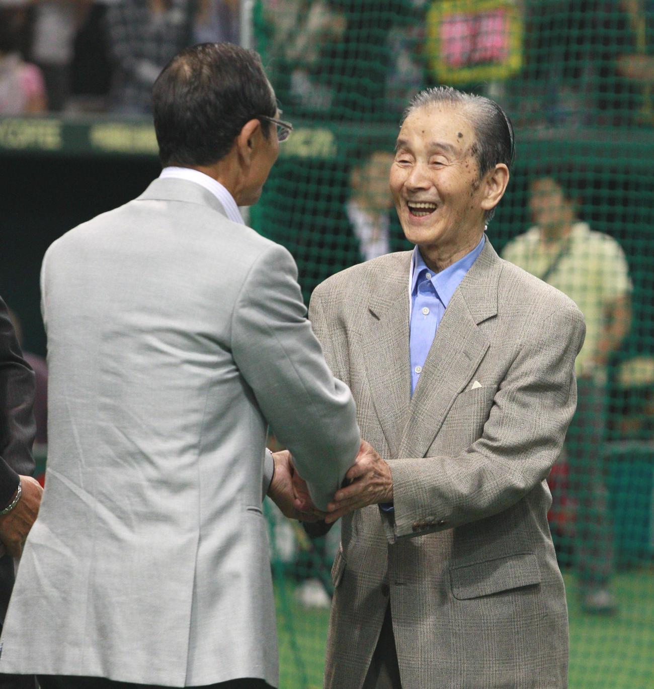 ソフトバンク王貞治会長とあいさつを交わす関根潤三氏(右)(2010年5月27日撮影)