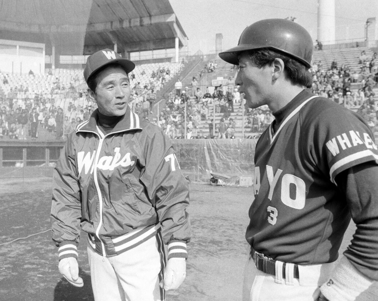 大洋春季キャンプで言葉を交わす関根潤三監督(左)と高木豊(1984年2月撮影)
