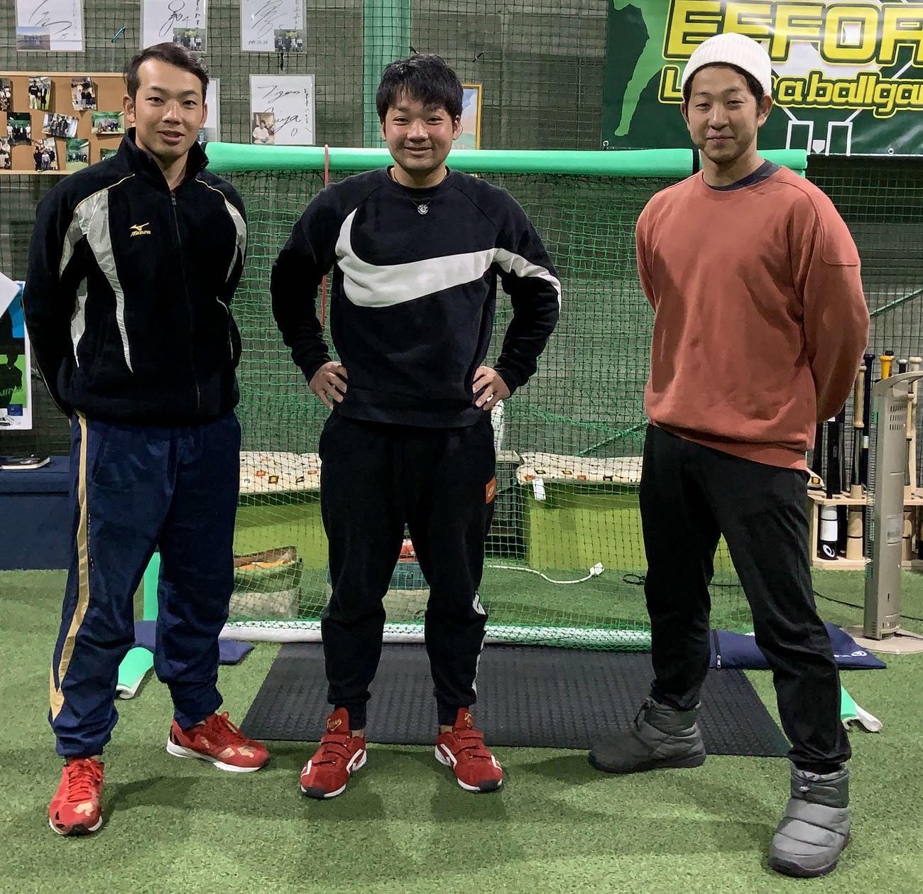 野球塾~AMAZING~で指導をする広畑実氏(中央)。左から、同じくコーチの兄・翔一氏、1人おいてトレーナーの久松宏輝氏(広畑氏提供)