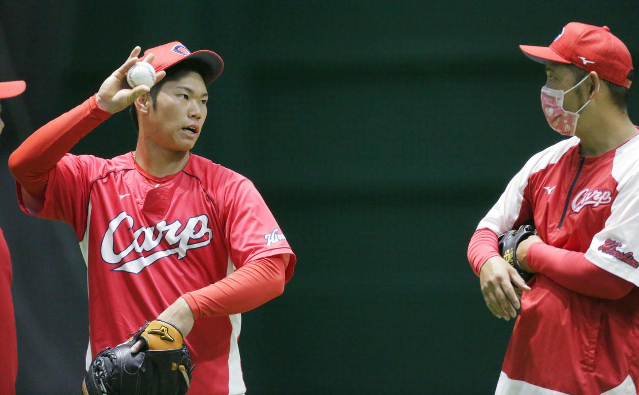送球について確認する坂倉。右は広瀬コーチ(撮影・加藤孝規)