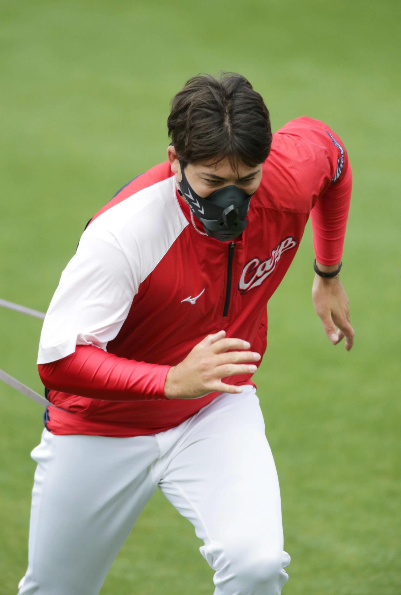低酸素マスクを付けて練習する広島九里(撮影・加藤孝規)