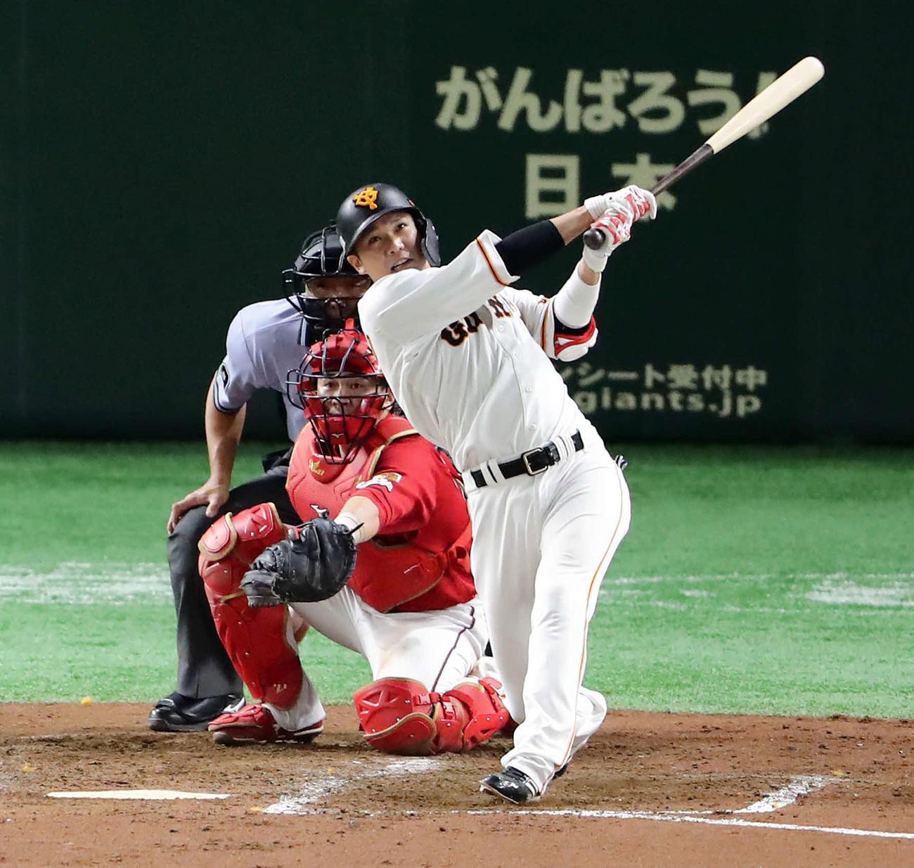逆転2点本塁打を放つ坂本勇人(2019年8月28日撮影)