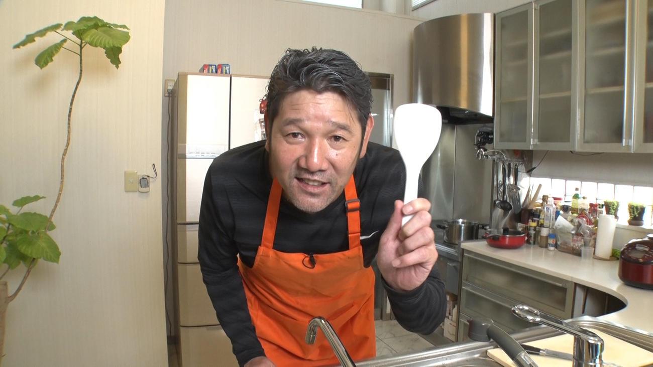 自宅のキッチンで料理する下柳氏(写真提供・GAORA SPORTS)