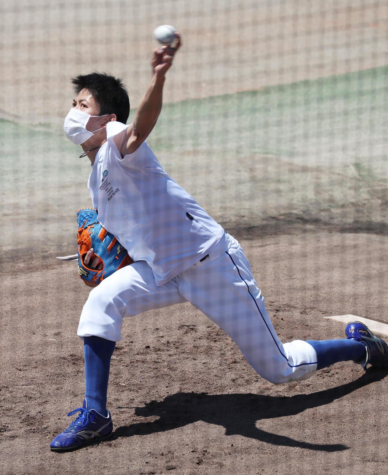 ブルペンで投球練習をする中日岡田