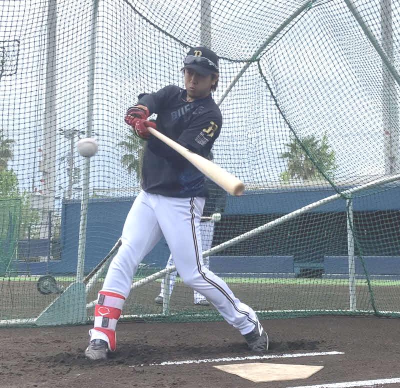 大阪・舞洲の球団施設で自主練習に取り組むオリックス小田裕也外野手(球団提供)