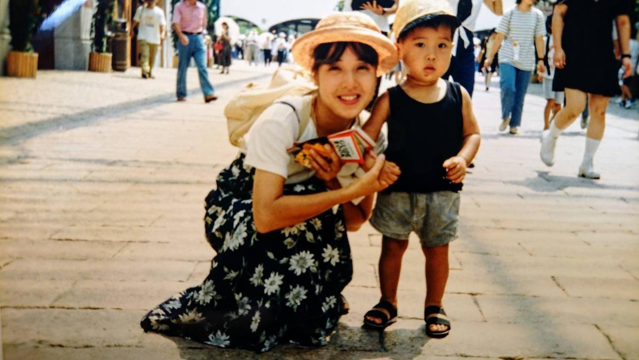 家族旅行で訪れたパルケエスパーニャで記念撮影した巨人今村(当時2歳)と母百代さん(本人提供)