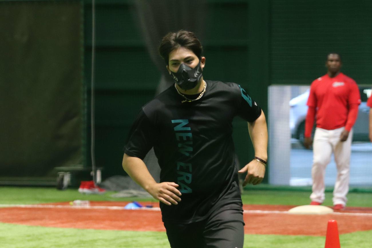 低酸素マスクを着用し、ダッシュする広島九里(撮影・古財稜明)