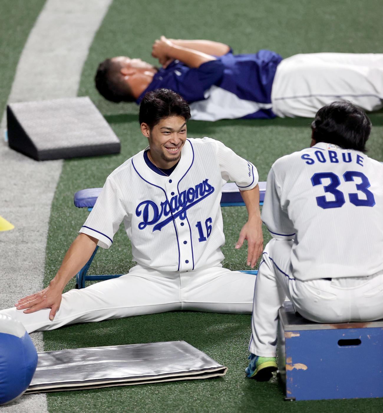 祖父江大輔(右)と談笑する又吉克樹