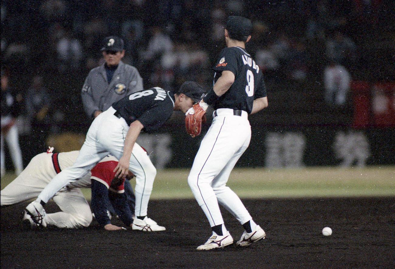 96年5月7日、近鉄対ダイエー 二ゴロを失策する小久保裕紀(右)と浜名千広