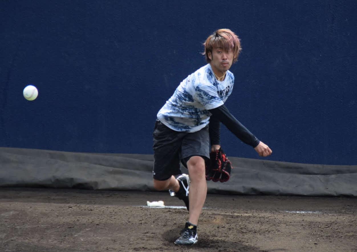 ブルペンで投球練習をする日本ハム秋吉(球団提供)