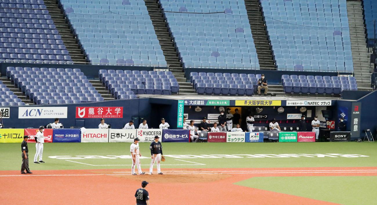 オリックス紅白戦 紅組対白組 普段はカメラマン席(左手)のエリアをベンチに変え、選手同士の距離を保つ工夫をとるオリックスナイン(撮影・加藤哉)
