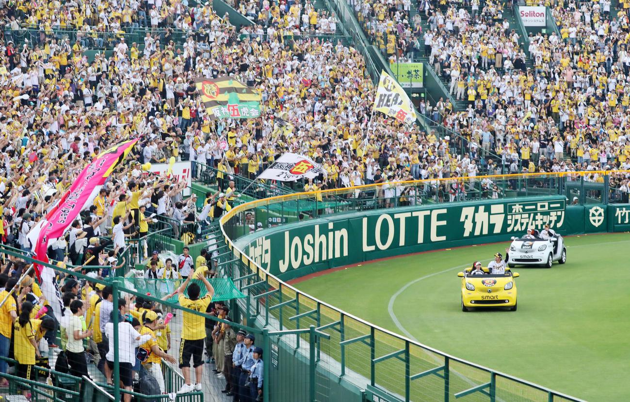 19年6月22日、マルテ(右)と岩田はリリーフカーにのってスタンドのファンにあいさつする
