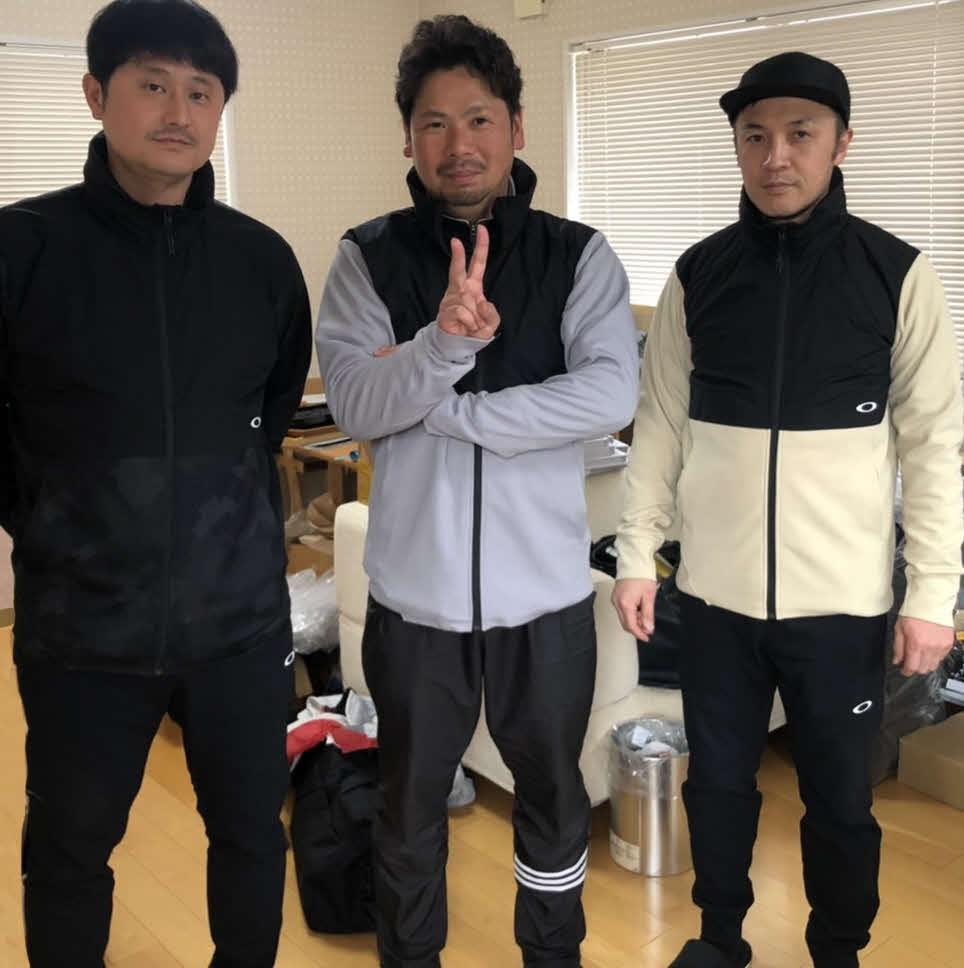キレダス製作者の左から津口さん、藤田さん、「スマイルプランナー」勤務の三浦泰揮さん(本人提供)