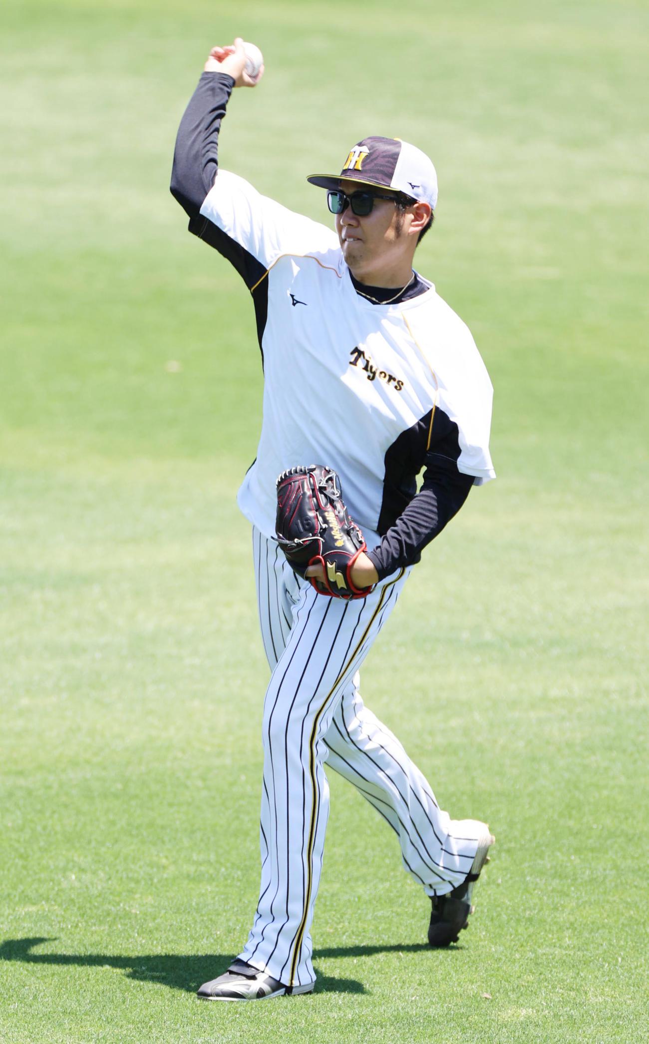 練習試合を前にキャッチボールを行う西勇輝(撮影・清水貴仁)