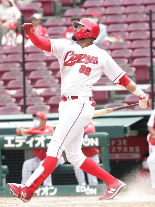 5回裏白組2死三塁 広島メヒアは右中間越え2点本塁打を放つ(撮影・加藤孝規)