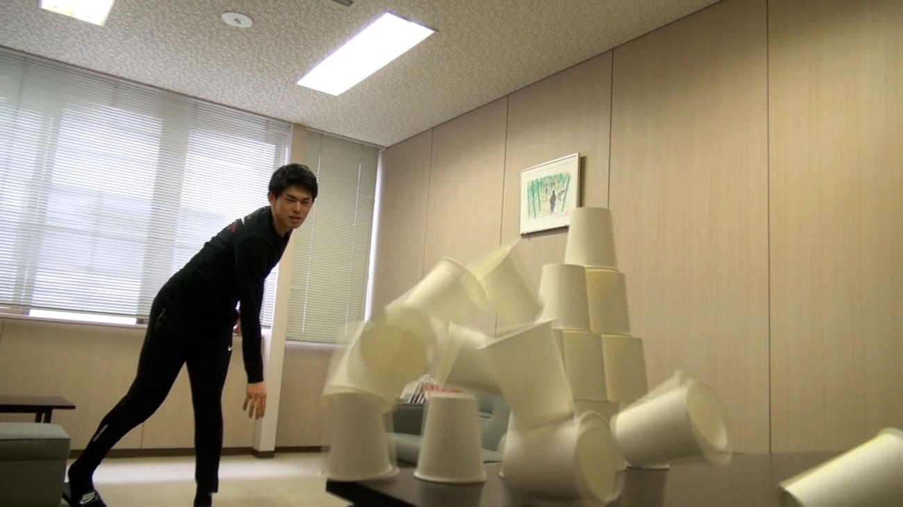 YouTube動画でヤクルト奥川が紹介していた紙コップチャレンジを行うロッテ佐々木朗