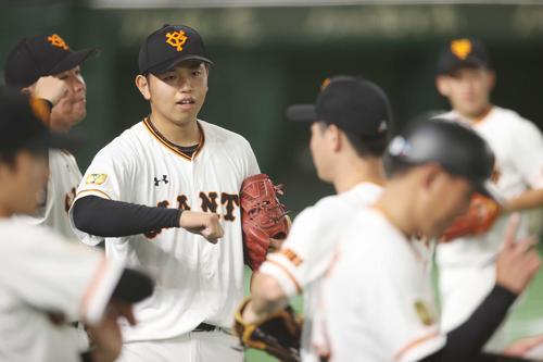 第1試合の白組対紅組 4回表を抑えた太田はベンチ前でナインとタッチを交わす(撮影・河野匠)