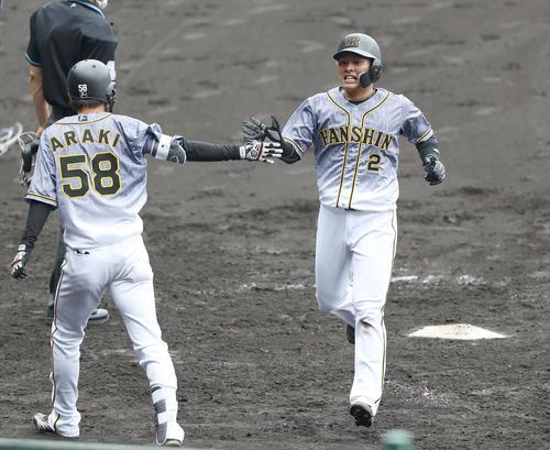 阪神紅白戦 5回表紅組無死一塁、梅野の適時二塁打で生還し、荒木(左)にタッチで迎えられる北條(撮影・前田充)