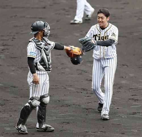 阪神紅白戦 6回表を抑え、坂本(左)とタッチを交わす小川(撮影・前田充)