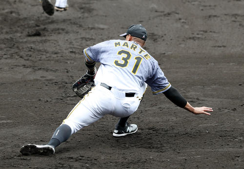 阪神紅白戦 4回裏白組2死一塁、島田の打球で好守をみせる一塁手マルテ(撮影・前田充)