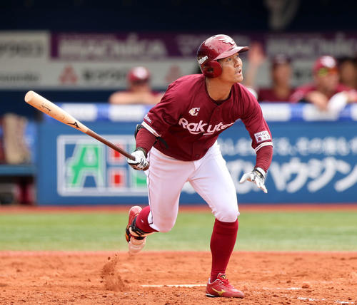 DeNA対楽天 5回表楽天無死一塁、右越え2点本塁打を放つ茂木(撮影・江口和貴)