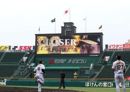 練習試合・阪神対広島 5回表、藤川の登板で「火の玉ストレート」をイメージしたビジョン演出が映し出される(撮影・上山淳一)