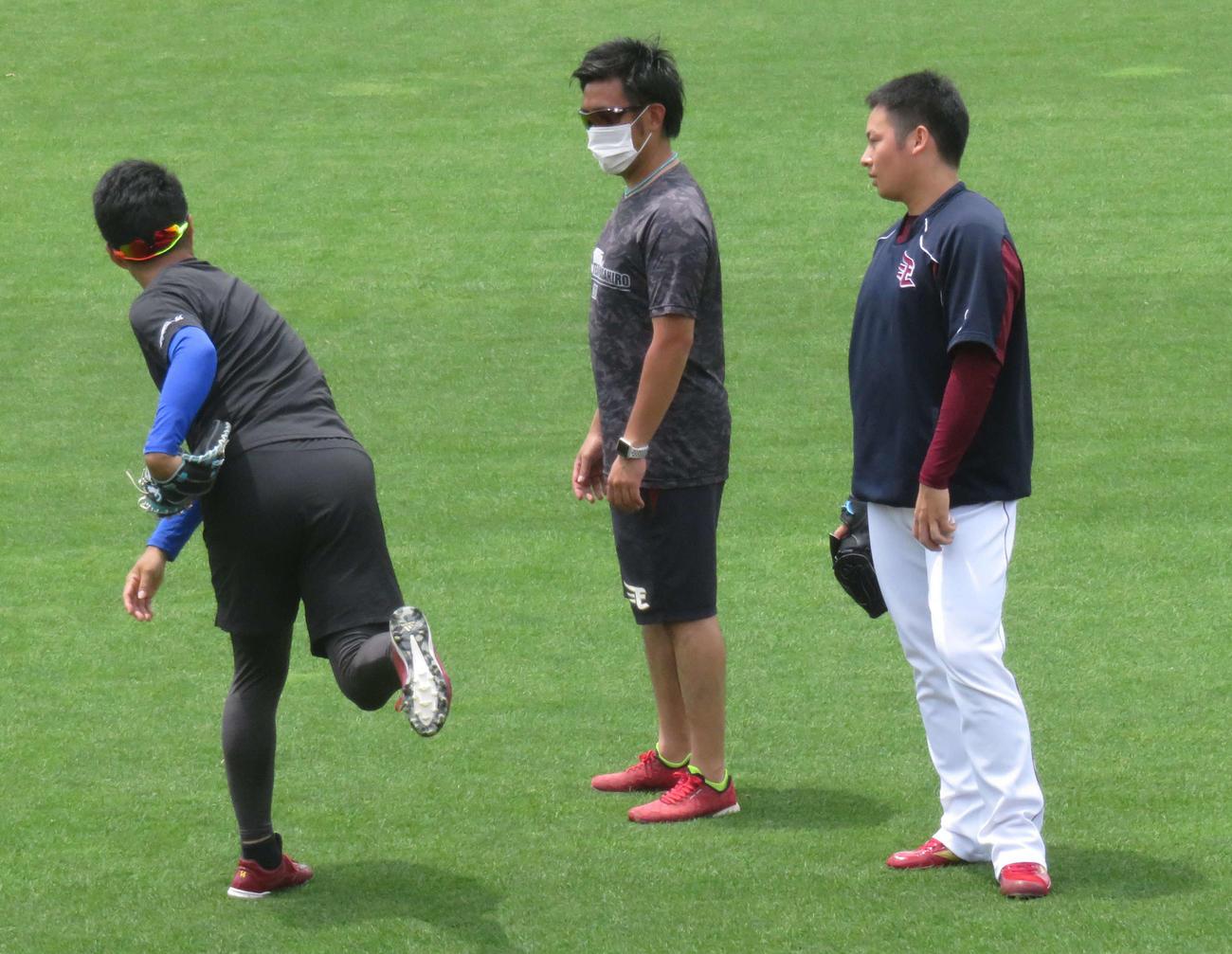 投手練習に参加し、キャッチボール後に楽天則本昂(左)からアドバイスをもらう松井(右)(撮影・桑原幹久)