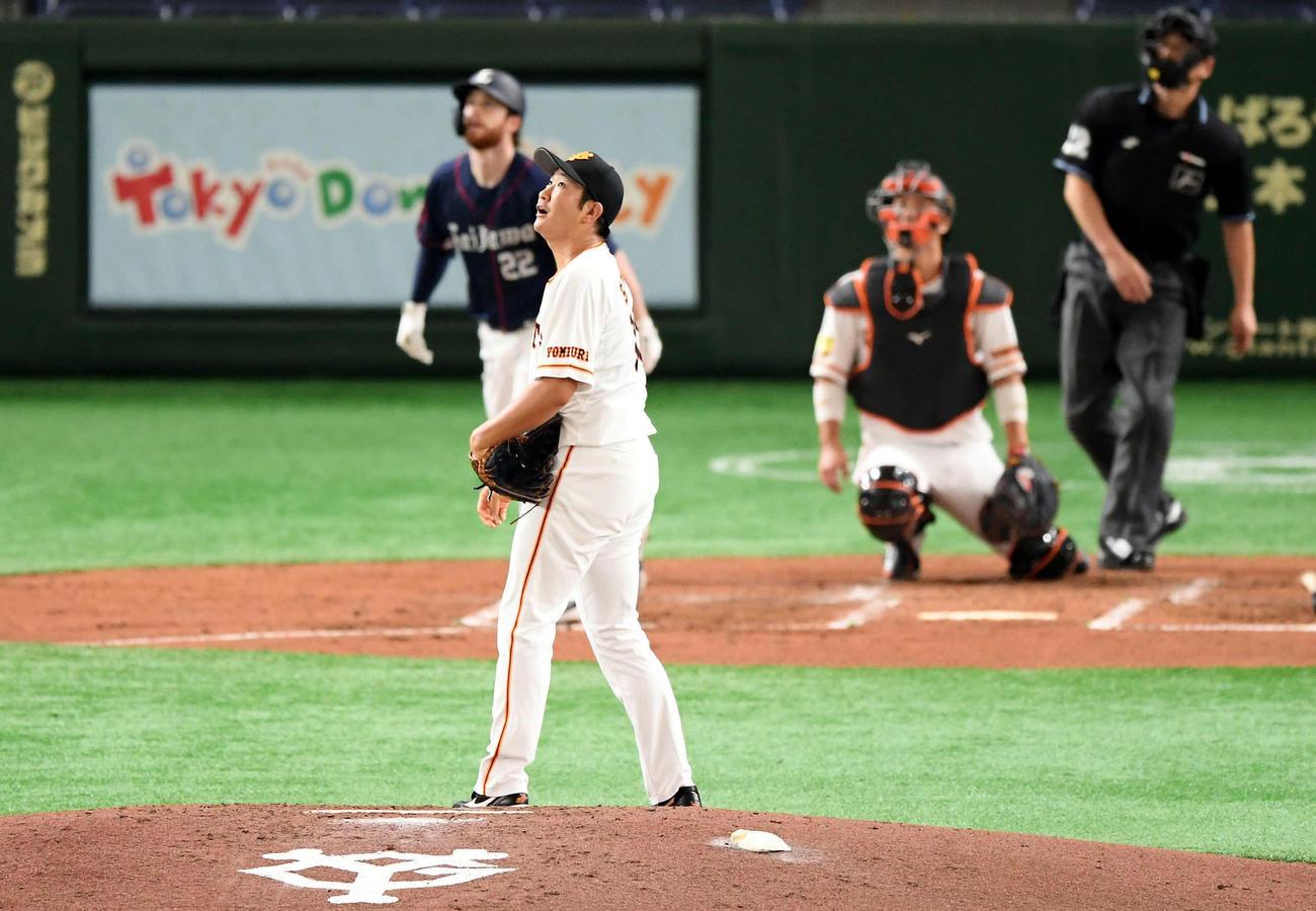 巨人対西武 3回表西武1死、スパンジェンバーグに本塁打を浴びる菅野(撮影・たえ見朱実)