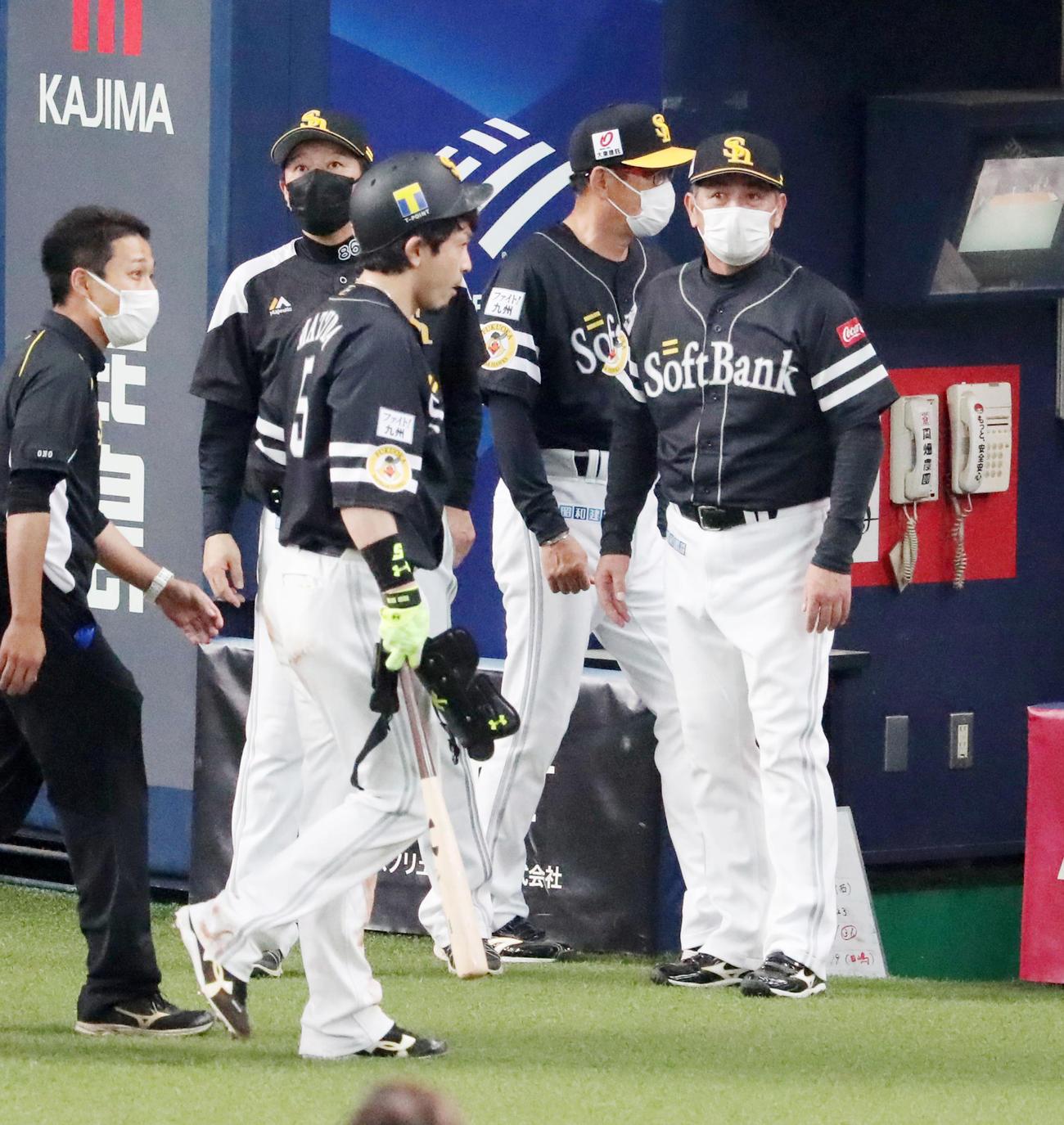 オリックス対ソフトバンク(練習試合) 8回表ソフトバンク2死一塁、松田宣浩(左)は頭部に死球を受けベンチへ引き揚げる、右は工藤公康監督(撮影・加藤哉)