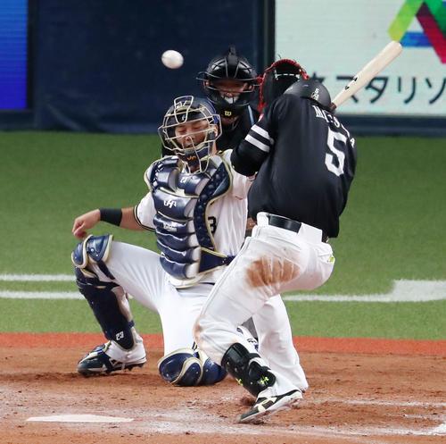 オリックス対ソフトバンク(練習試合) 8回表ソフトバンク2死一塁、松田宣浩は頭部に死球を受ける(撮影・加藤哉)