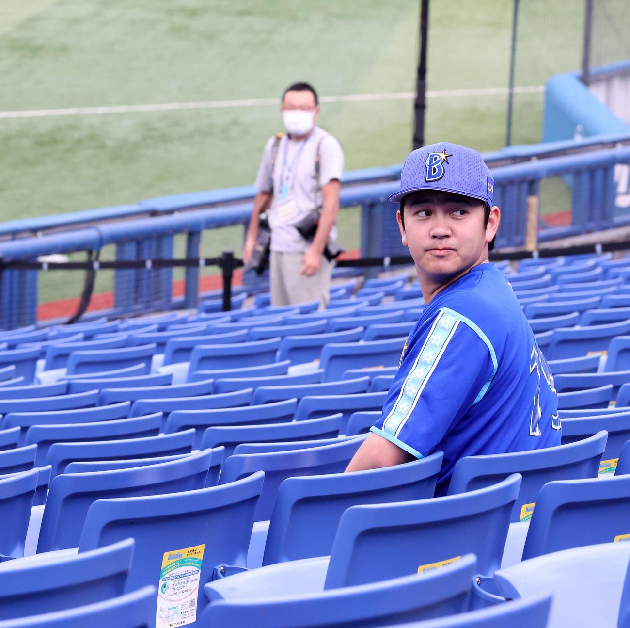 DeNA対楽天 試合前、横浜スタジアムのスタンドに座るDeNA山崎(撮影・江口和貴)