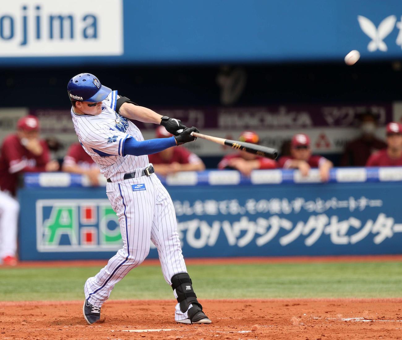 DeNA対楽天 3回裏DeNA1死二塁、勝ち越し2点本塁打を放つオースティン(撮影・江口和貴)