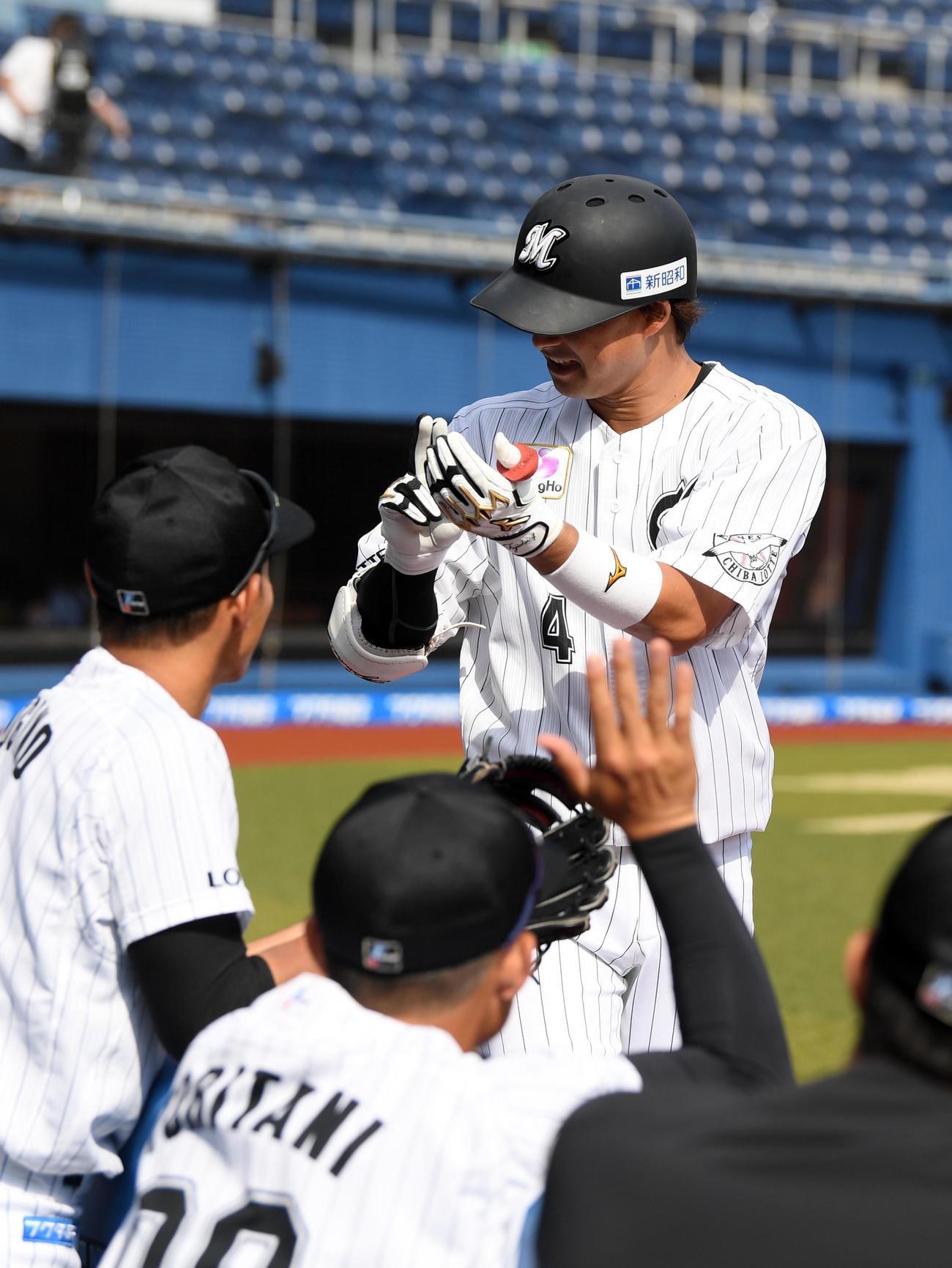 練習試合 ロッテ対日本ハム 7回裏ロッテ1死一塁、右越え2点本塁打を放ちスシポーズをする藤岡(撮影・横山健太)
