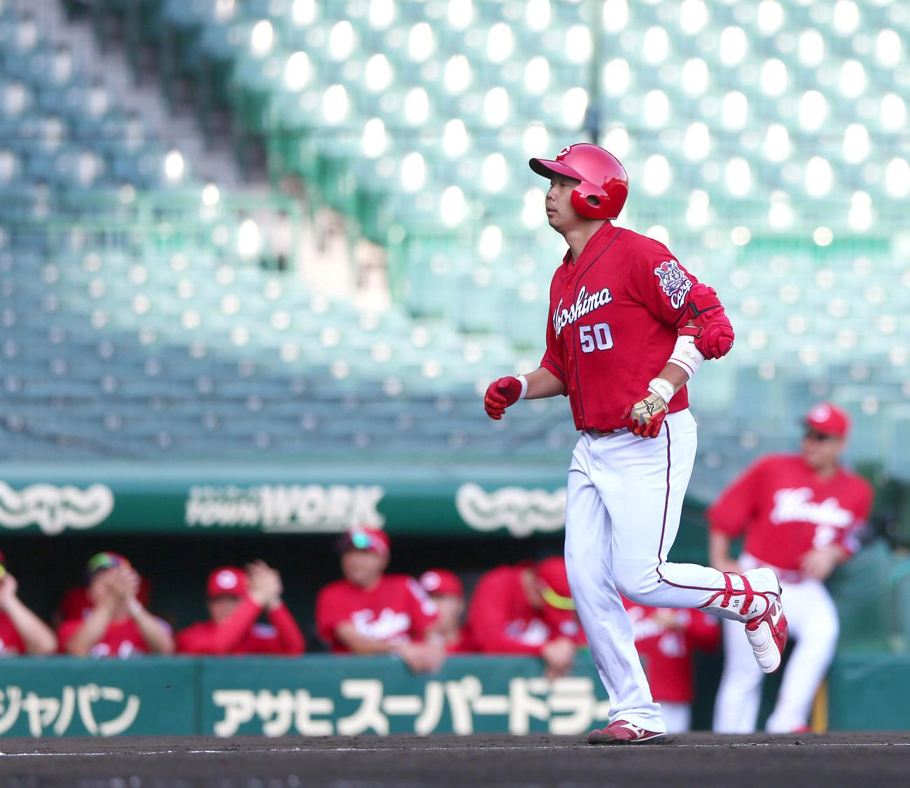 練習試合・阪神対広島 8回表広島無死、高橋大は左越え本塁打を放ちベースランする(撮影・上山淳一)