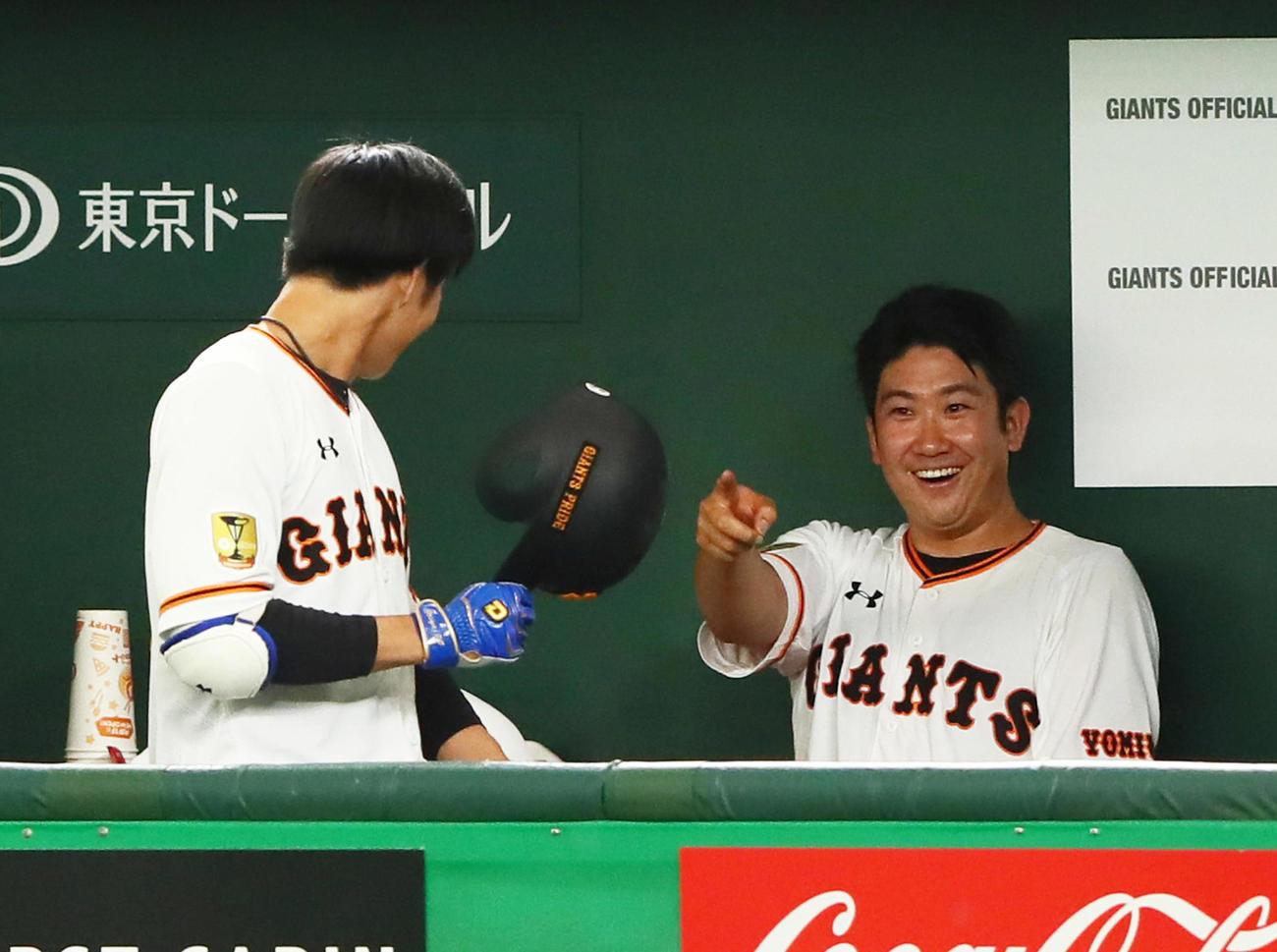 練習試合 巨人対西武 3回裏巨人無死、右越え本塁打を放った松原(左)を笑顔で指さし迎える菅野(撮影・足立雅史)