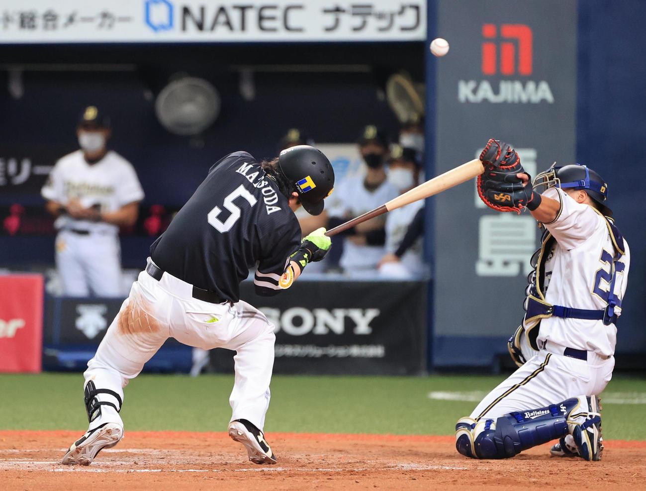オリックス対ソフトバンク 8回表ソフトバンク2死一塁、頭部に死球を受ける松田宣浩(撮影・清水貴仁)